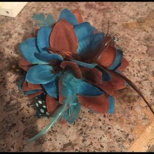 Accessories - Blue & brown feather pin